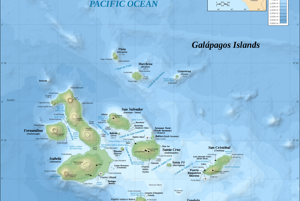 Galapágy. Ostrov Espaňola je vpravo dole. Daphne Major sa nachádza vľavo od väčšieho ostrova Santa Cruz.
