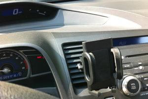 Hráte sa počas jazdy s telefónom? Uprednostnite držiak, s ktorým budete mať telefón na dosah ruky.