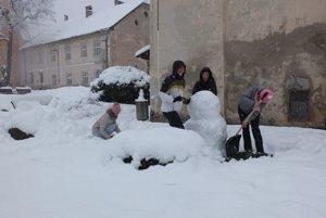 Snehuliak pre úradom práce v Kremnici. Jeho pracovníčky mali dnes na pláne športový deň na Skalke, na cesty si však netrúfli. Pred úradom postavili snehuliaka.