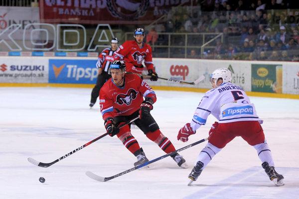 Na snímke strelec prvého gólu baranov Marek Bartánus v osobnom súboji.