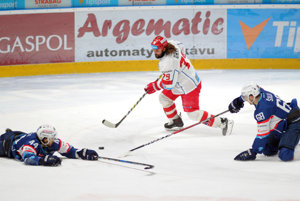 Marek Uram bojuje o puk na nitrianskom ľade. FOTO: SITA