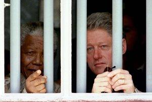 S bývalým americkým prezidentom Billom Clintonom v marci 1998 v cele číslo 5 vo väznici na ostrove Robben, kde strávil Mandela osemnásť rokov.