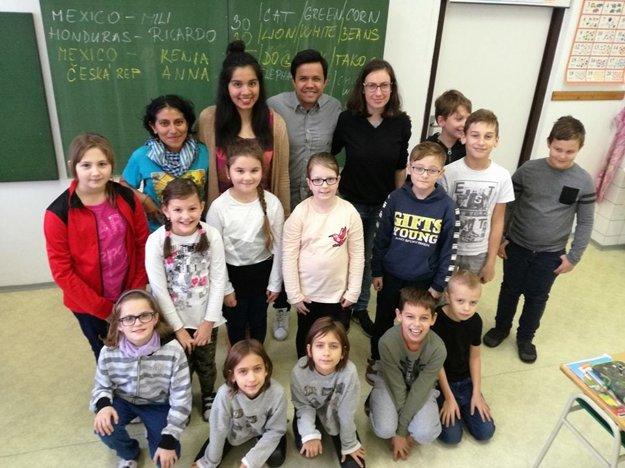 Deti so zahraničnými dobrovoľníkmi.