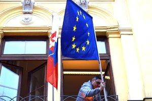 Vlajka EÚ sa po rokoch na úrad vrátila.