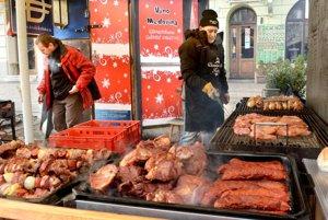 Mäso je najdrahšie. Sto gramov kolena vyjde na 2,60 eura, pred dvoma rokmi stálo o euro menej.