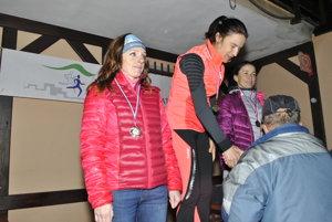 Najrýchlejšie ženy. V strede celková víťazka Petra Pastorová z Česka, vľavo. Spišiačka Lenka Baronová (celkovo druhá). Ceny odovzdáva Ondrej Majerník