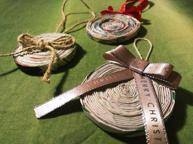 Vianočné ozdoby z papiera sú príjemnou zmenou v záplave ligotavých ozdôb z obchodu.