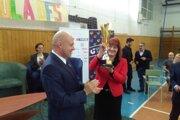 Ocenenie škole dnes odovzdal prezident SOV Anton Siekel, prevzala ho riaditeľka gymnázia Eva Chylová.
