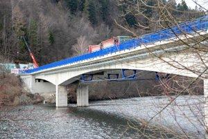 Most cez Ružín. Vodičom sa konečne uľaví.