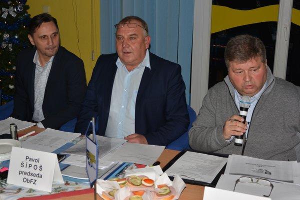Zľava predseda ObFZ Trnava Vladimír Hracho, v strede staronový predseda ObFZ Topoľčany Pavol Šípoš a podpredseda ObFZ Topoľčany Juraj Soboňa, ktorý sa zhostil role predsedajúceho volebnej konferencie.