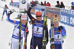 Anastasia Kuzminová (v strede) sa raduje z víťazstva.