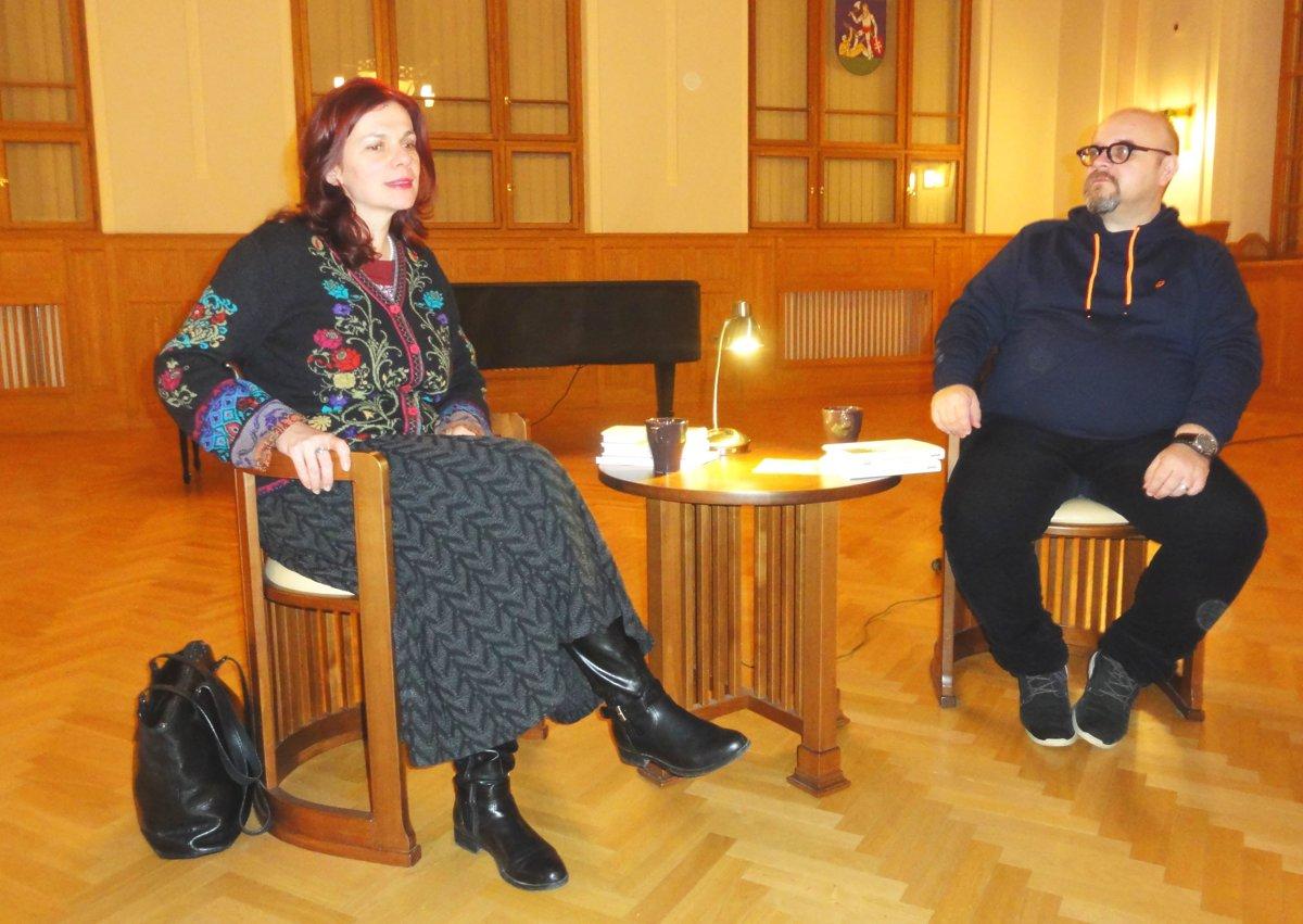 58c71a5fd Autorka Denisa Fulmeková s moderátorom Dadom Nagyom počas besedy 4-3-2-1