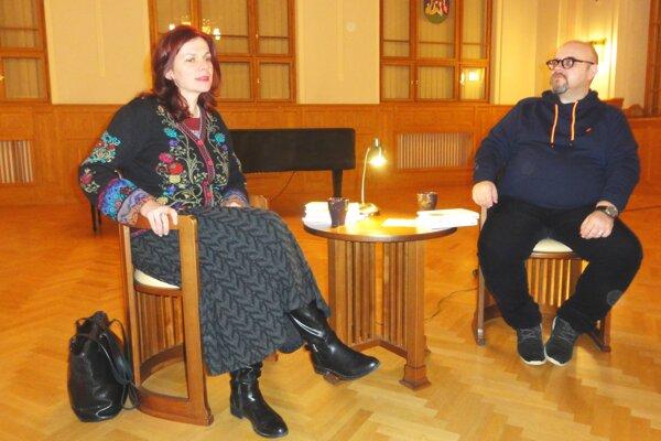 Autorka Denisa Fulmeková s moderátorom Dadom Nagyom počas besedy 4-3-2-1... v Nitrianskej galérii.