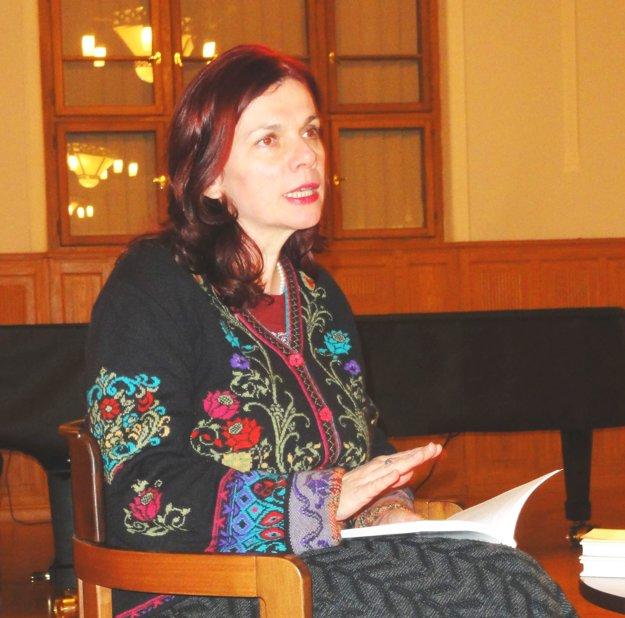 Denisa Fulmeková počas besedy v galérii.
