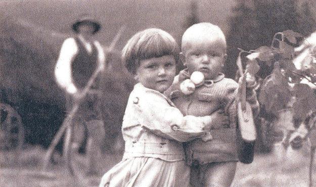 Chlapec včepčeku so sestrou.