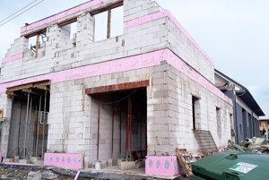 Na mieste starej hasičskej zbrojnice už stojí hrubá stavba novej.