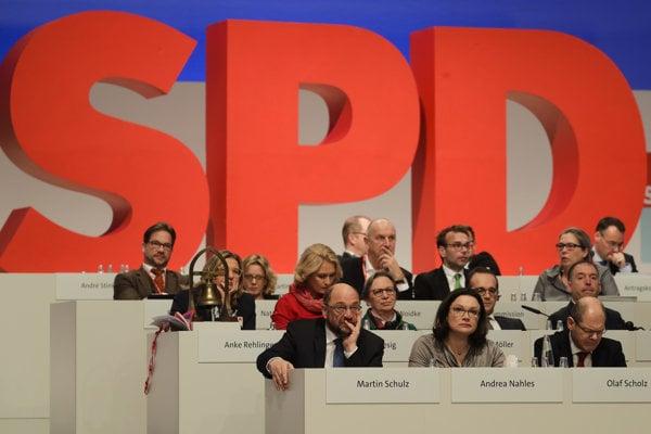Líder Sociálnodemokratickej strany Nemecka (SPD) Martin Schulz (v prvom rade vľavo) na zjazde strany SPD v sídle SPD v Berlíne.