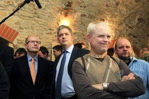 Bohuslav Sobotka, Jiří Dienstbier a Vladimír Špidla sledují první výsledky prezidentských voleb. (12. januára 2013) Autor: Petr Topič, MAFRA