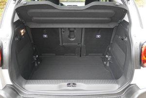 Kufor Aircrossu môže mať podľa posunutia zadných sedadiel objem 410 až 520 litrov.
