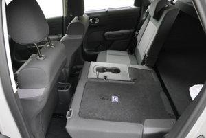 Po sklopení zadných sedadiel vzniká rovná podlaha