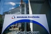Sociálna poisťovňa sa ohradila aj voči kritike, že využívajú ochranku aj na najmenších pobočkách.