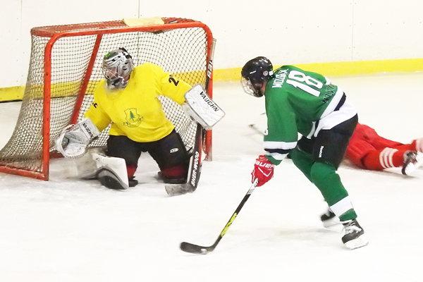 Zápas Oravskej Lesne B (v žltom) a Novote (v zelenom) prinieslo 12 gólov.