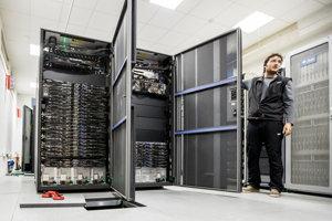 Superpočítač Aurel a Filip Holka, vedúci oddelenia administrácie Výpočtového strediska SAV.