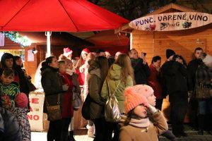 Atmosféra na trhoch pred spievaním kolied.
