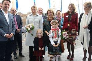 Malej Estherke pripadla veľká česť – privítať na bazáre veľkovojvodkyňu Máriu Terezu a princeznú Stéphanie.