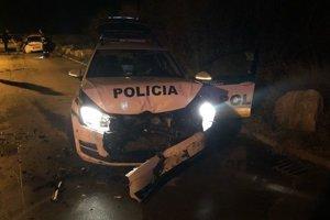 Páchatelia poškodili dve policajné autá.