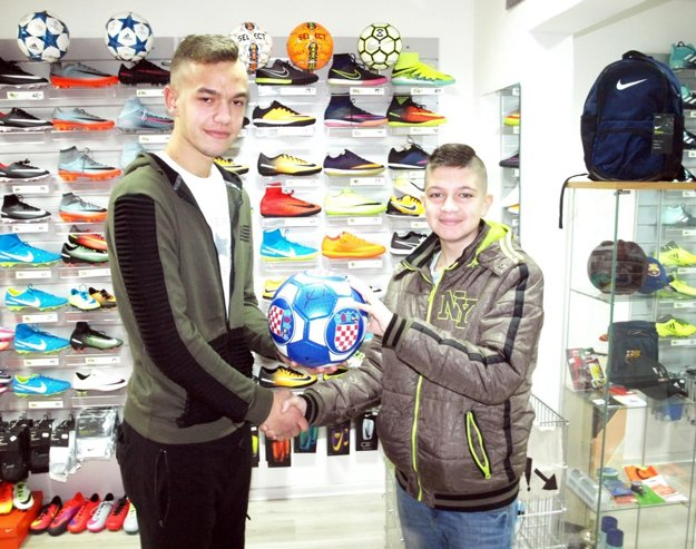 Lopta s podpisom Luku Modriča napokon skončila v rukách Sama Vajzera (vpravo).