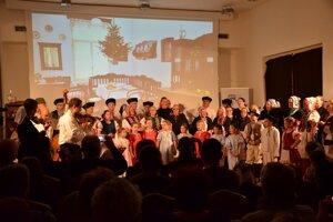 Na záver všetci účinkujúci zaspievali tradičnú pieseň Tichá noc.