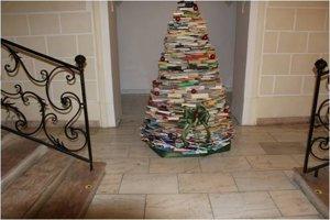 Stromček v Štátnej vedeckej knižnici v Banskej Bystrici prináša vianočnú náladu.