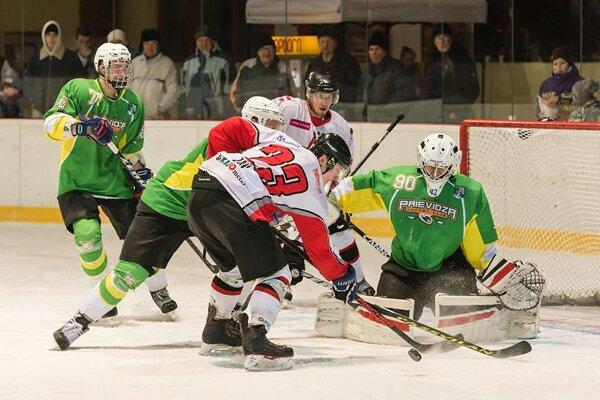 Oravskí hokejisti (v bielo-červených dresoch) súpera prestrieľali, no na góly prehrali.