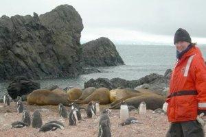 Obklopená tučniakmi v Antarktíde na ostrove King Georg.