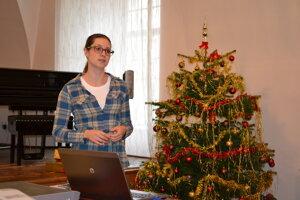 Historička Zuzana Koščová. Previedla žiakov storočiami. Na stromčeku je špic a anjelské vlasy.