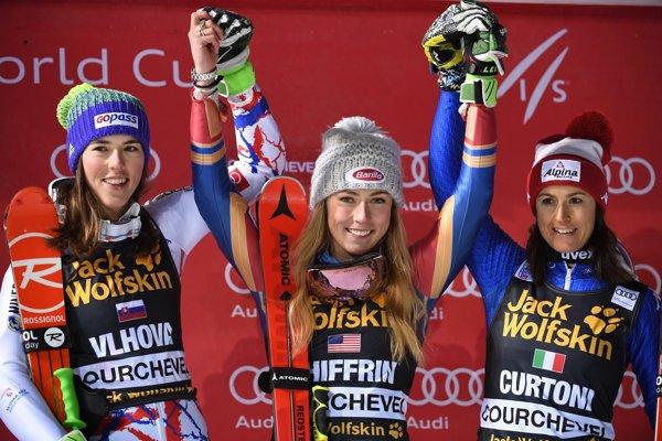 Zľava druhá Petra Vlhová, v strede víťazka Mikaela Shiffrinová a vpravo tretia Irene Curtoniová.