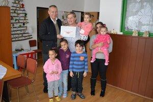 Výťažok punču dnes odovzdal primátor Ján Nosko osamelým rodičom a ich deťom v krízovom centre.