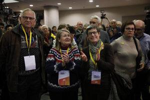 Členovia Puigdemontovej koalície Spolu pre Katalánsko čakajú na výsledky.