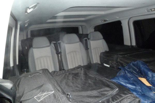 Vnútro auta s cigaretami.