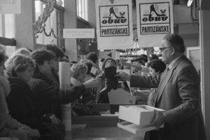 Vianočné trhy v Bratislave v roku 1984.