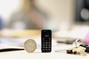 Porovnanie veľkosti mobilu s mincou a kľúčmi.