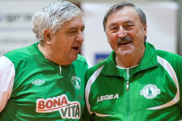 Karol Dobiáš (vľavo) a Antonín Panenka (Bohemians) počas III. ročníka medzinárodného halového turnaja internacionálov Kmeťo band gold.