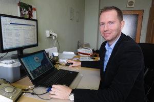 Miroslav Záhradník predvádza aplikáciu, ktorá môže výrazne pomôcť farmám.