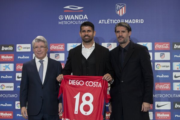 Diego Costa pózuje s dresom.