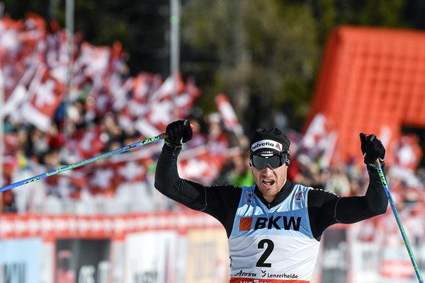 Dario Cologna oslavuje triumf v stíhacích pretekoch v Lenzerheide.