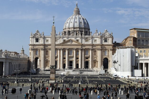 Námestie sv. Petra vo Vatikáne je zároveň dôležitá turistická atrakcia v Ríme .