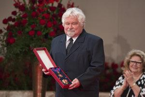 Bývalý predseda českej vlády Petr Pithart si prebral štátne vyznamenanie Rad Bieleho dvojkríža II. triedy.