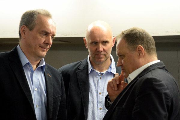 Na snímke zľava Milan Jančuška, jeho asistent Jerguš Bača a generálny manažér HC Košice Juraj Bakoš.