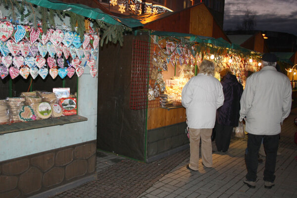 Centrum mesta zaplavil sezónny trh s predajom rôzneho tovaru.